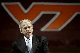 Bush flutti ávarp við minningarathöfnina sem fram fór í tækniháskólanum í Virginíu.<br><em>Reuters</em>
