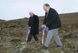 Gunnar Birgisson, bæjarstjóri í Kópavogi og Guðmundur Hallvarðsson, formaður sjómannadagsráðs, taka fyrstu skóflustugnuna við Boðaþing.