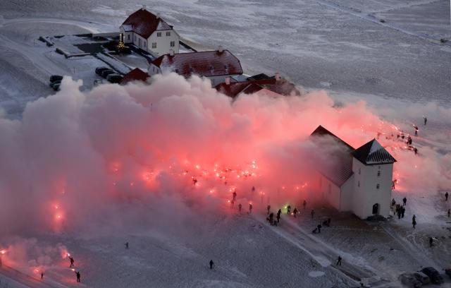 Kveikt var í rauðum blysum við Bessastaði áður en undirskriftirnar voru afhentar.<br /><em>mbl.is/RAX</em>