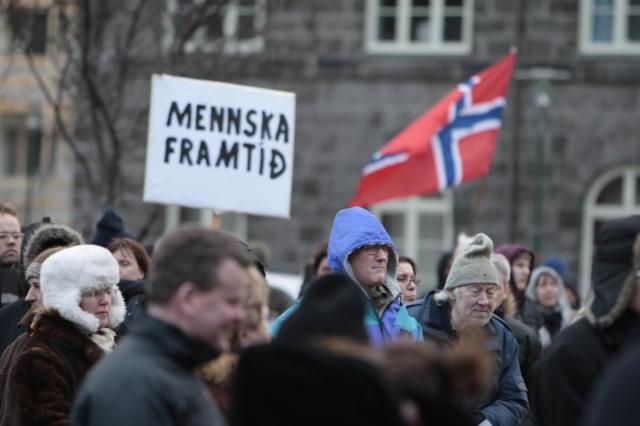 Enn er mótmælt á Austurvelli, nú undir norskum fána.<br /><em>mbl.is/Kristinn</em>