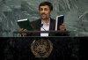 Ahmadinejad með eintök af Kóraninum og Biblíunni í ræðustól...