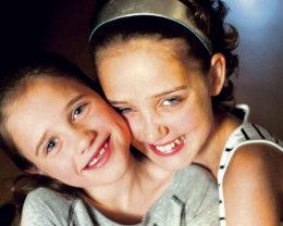 Alexandra og Ronja eru ósköp venjulegar systur sem tengjast sérstökum böndum.