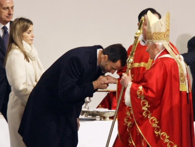 Felipe prins og Leticia, prinsessa voru meðal þeirra sem hlýddu á messu páfa í dag.<br /><em>Reuters</em>