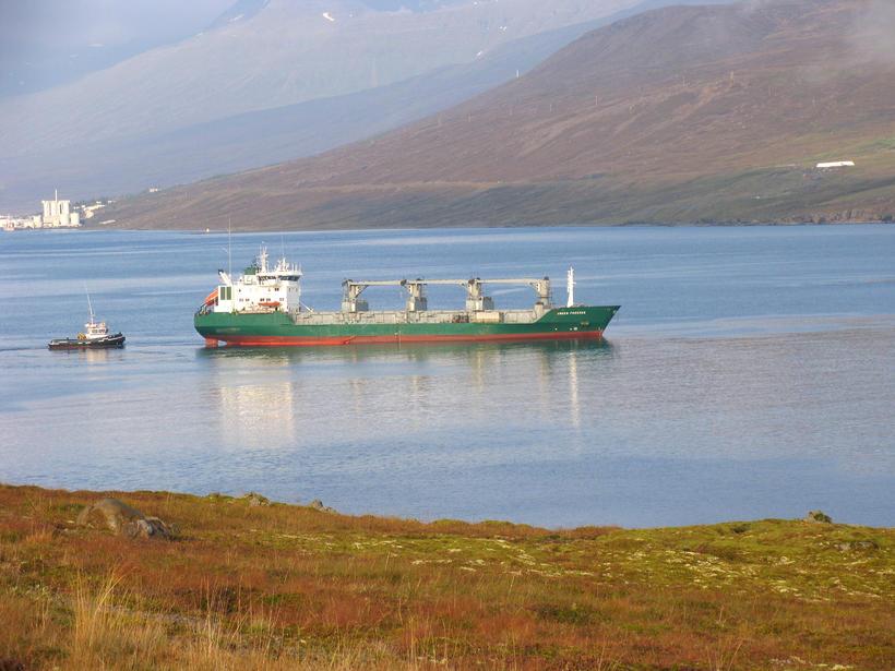 Skipið verður dregið til hafnar seinna í dag þegar olíu ...